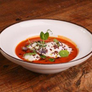 Rajčatová polévka, pěna z farmářského sýra, bazalkový olej, křupavá quinoa