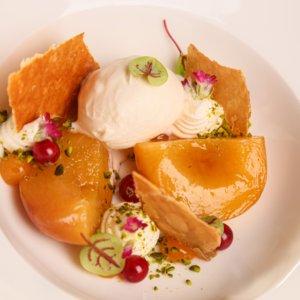 Pošírovaná broskev, mascarpone, listové těsto, zmrzlina z máslových sušenek, pistácie