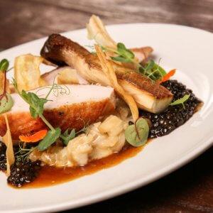 Louženské kuře, ragú z černého kořene, beluga čočka, hlíva královská, lanýžová omáčka