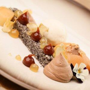 Pošírovaná hruška v mandlovém likéru, nugát, makovník, marcipánová zmrzlina