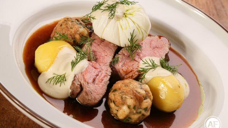 """""""Koprovka s hovězím masem"""" (Rump steak, koprová pěna, zastřené vejce, vařený brambor, karlovarský knedlík)"""