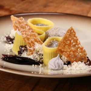 """""""Nudle s mákem"""" (čerstvé těstoviny, makový krém, marinovaná švestka, meringue, hnědé máslo, maková zmrzlina)"""